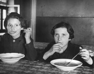 Deux fillettes dans une cuisine populaire de Prague (1937) – Roman Vishniac (non pour le contexte, mais pour leur REGARD !)